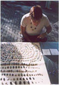 woudy op de markt legt stenen